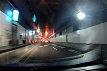 首都高トンネル内の渋滞末尾、無灯火でハザード点滅も無し、危ないよ