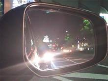 鏡に写る夜景。