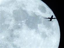 スーパームーンを撮っていたら飛行機が!