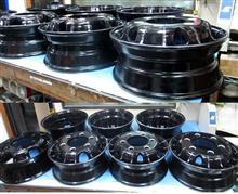 4トントラック用アルミホイール/パウダーブラック&バレル研磨&パウダースモークブラック