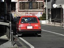 真っ赤なコンパクトカー
