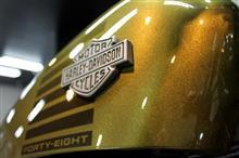 伝統ピーナッツタンクをオリーブゴールド一色に!ハーレーダビッドソン・フォーティーエイトのバイクコーティング【リボルト沖縄】