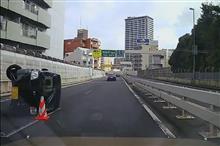 首都高2号上り、横転事故