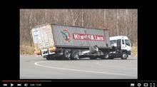 トレーラーの横転事故。