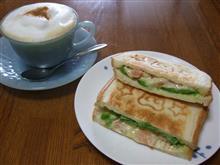 朝食に、エビアボカドのホットサンド。
