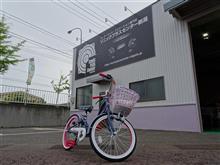 娘の自転車が届いたので… いつものアングルで記念撮影(´∀`)♪