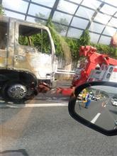 名神でトラック火災 京都、上り線45分通行止め