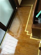 床にニス塗り