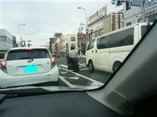 今日のと或る街の交差点🚥での信号待ちの風景。