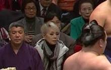 大相撲の客席最前に研ナオコ、中継で映り続ける