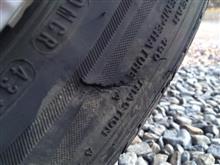 コルトの左リヤタイヤサイドに亀裂があるので本日交換します。