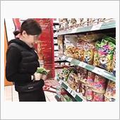 女孩直播在超市捏碎方便麵  ...
