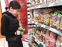 女孩直播在超市捏碎方便麵 網友呼籲加強監管直播平台