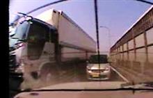 トラック間一髪で事故回避