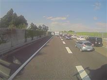 渋滞中に路肩走行すると晒されるよ。東名阪上り鈴鹿IC1km前での事故。