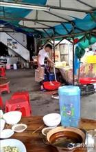 中国の屋台、もやしを洗った桶で自分の足も荒い「汚い」と大騒ぎに