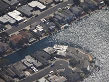 水に浮かぶサンフランシスコ湾岸の住宅