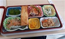 昼弁当、昨日は秋刀魚の竜田揚げ( ; ゚Д゚)今日はチーズ春巻きデザート付き\(^o^)/