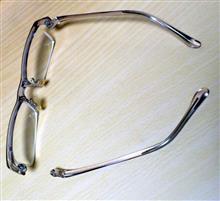 メガネ、壊れました…