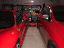 赤い車だらけのガレージ