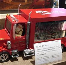 クリスマス一色の今は懐かしいボンネットトラック
