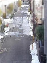 石川ナンバーの配達車と凍結路