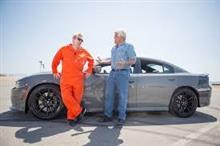 セックスピストルズのジョン・ライドンが車の運転w
