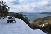 海へ続く雪道