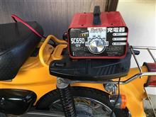 リトルカブのバッテリーに充電開始。