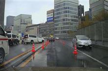 雨の東京高速道路で事故、渋滞も発生
