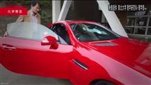 質問です:この赤い車の正体は?