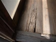 裏の廊下の端を修理