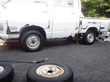 ダブルキャブのタイヤ交換とホイールキャップ装着