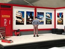 ガレージに映画のポスター