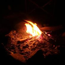 小さな焚き火を楽しんでいます