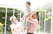 日本の 高齢者が羨ましい わが国の高齢者は 孫の世話に忙殺 =中国メディア