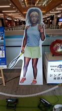 2018東レパンパシフィックオーブンテニスで大坂なおみさんが快勝、大坂なおみさんと優勝杯が展示