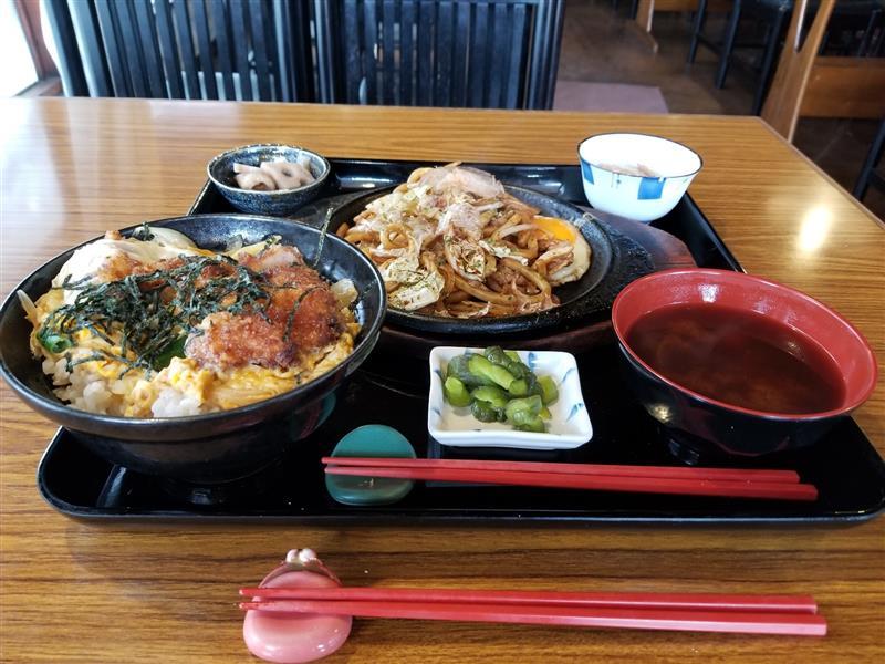 雨の松阪にて朝からガッツリとカツ丼と焼きうどんを愉しむ