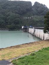雨の中のダム