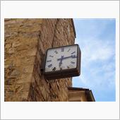 城壁と時計と古い噴水のある村 ...