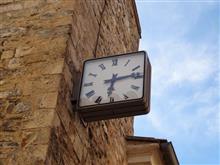 城壁と時計と古い噴水のある村 Provence / France