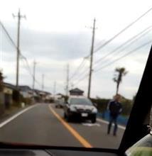 車道を歩いて車を止める歩行者