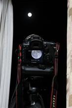 窓辺で月を撮る