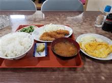 近所のレトロ食堂にて豚カツ定食と玉子焼きを愉しむ