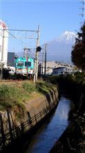 「クリスマスの岳南電車と雪が多く積もった富士山」平成最後11月30日午前9時撮影