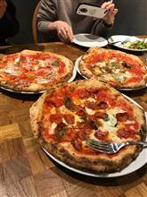 近所のピザ屋に行きました。