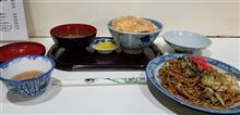 近所の食事処にてカツ丼と焼きそばを愉しむ