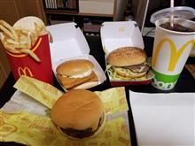 週末の深夜にマクドナルドのハンバーガーを愉しむ