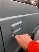 鍵を車のシリンダーに差し込む