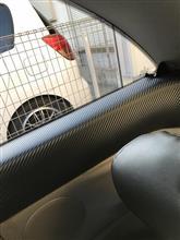 後部座席窓下カーボン調シート貼り